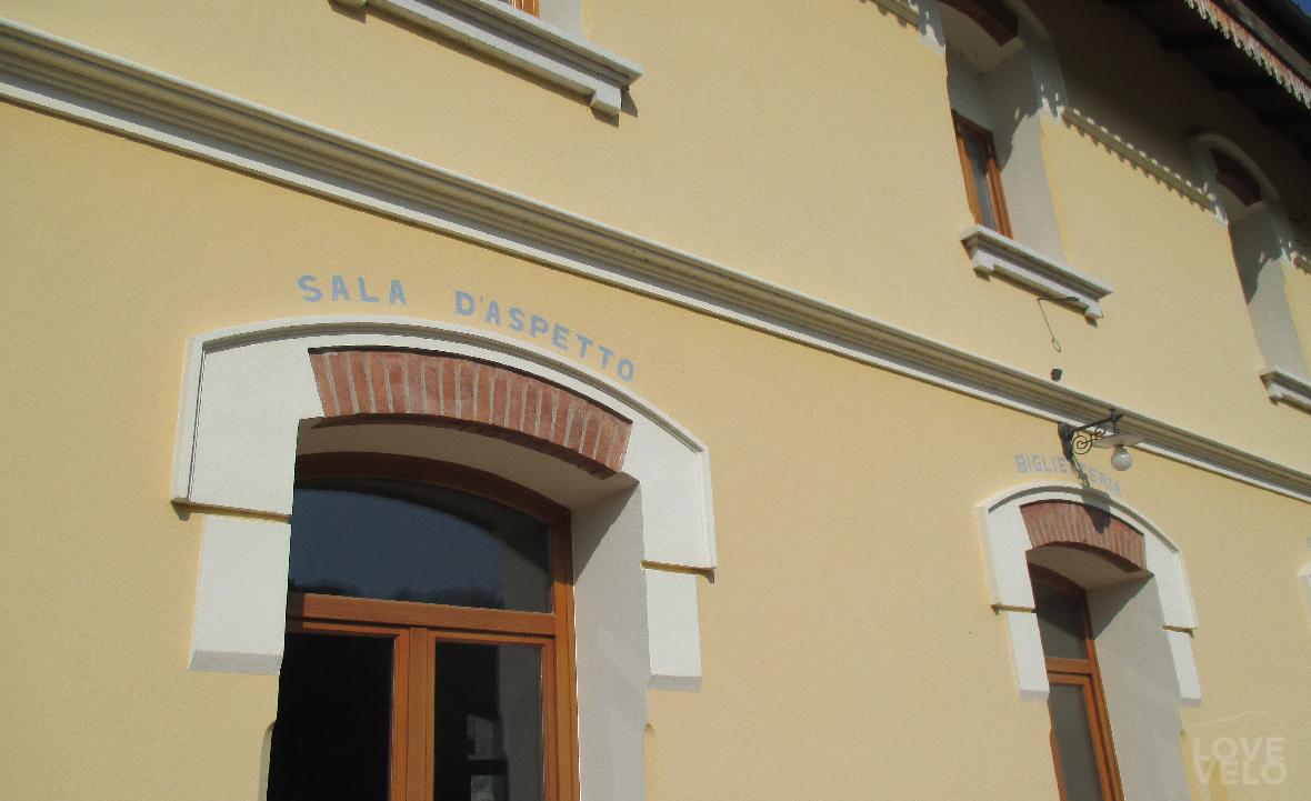 la facciata della stazione velo d'astico
